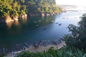 Embarcaciones en el río Umngot